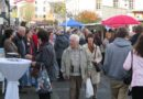 Bild: Menschenmenge beim Einkaufen vor Ort