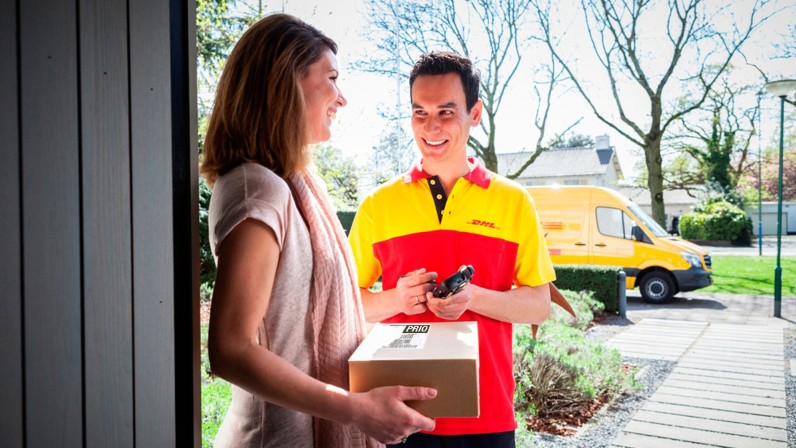 Paketbote mit DHL Prio Paket