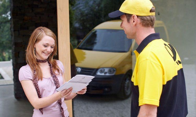 Deutsche Post Briefträger mit Briefen